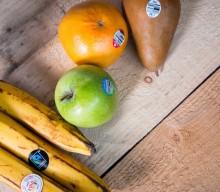 Etiquetage sur les fruits du supermarché.